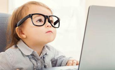 bilgisayarla-oynayan-bebek